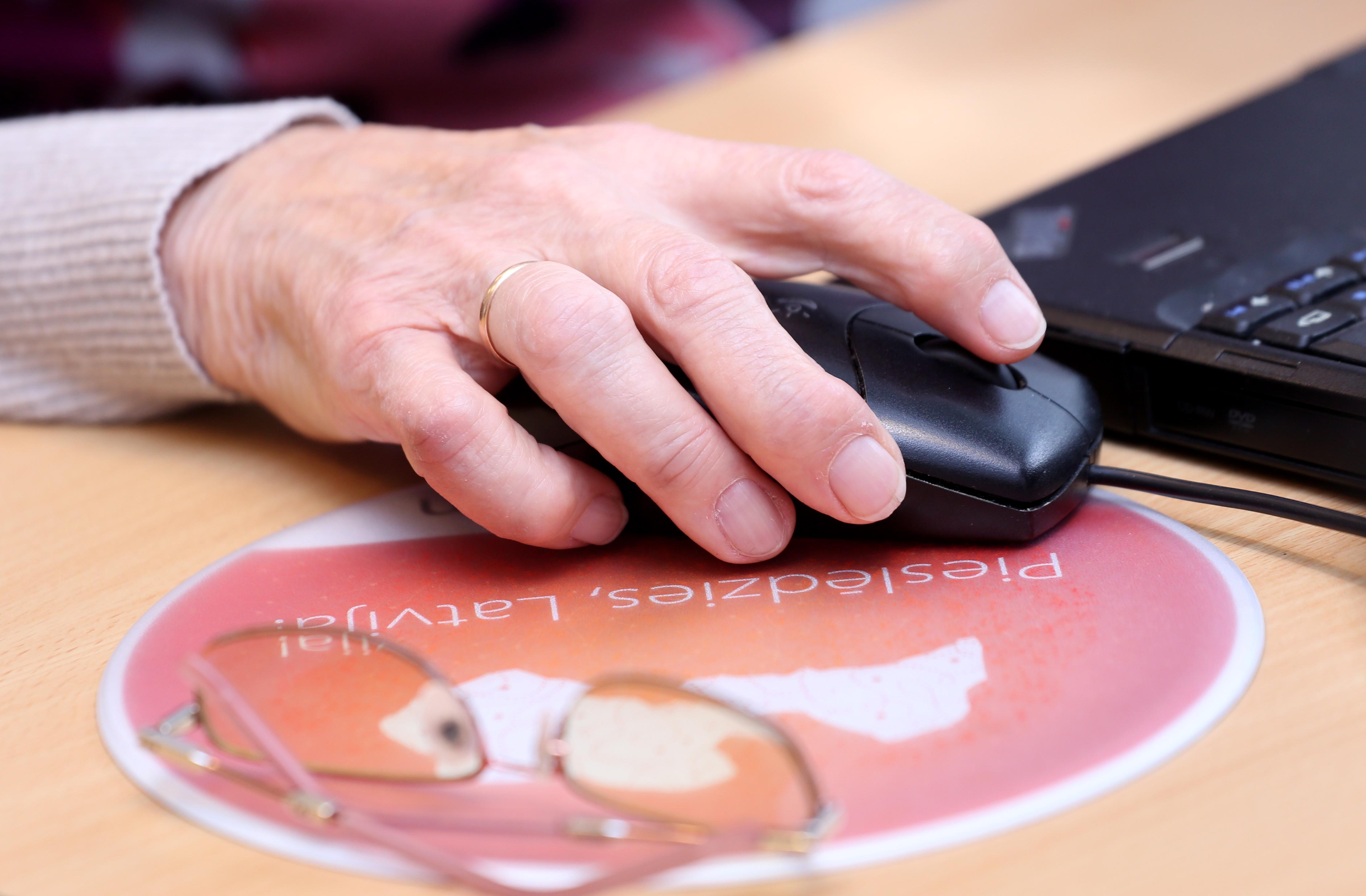 Senioru mājsaimniecībās arvien aktīvāk internetu lieto naudas transakcijām